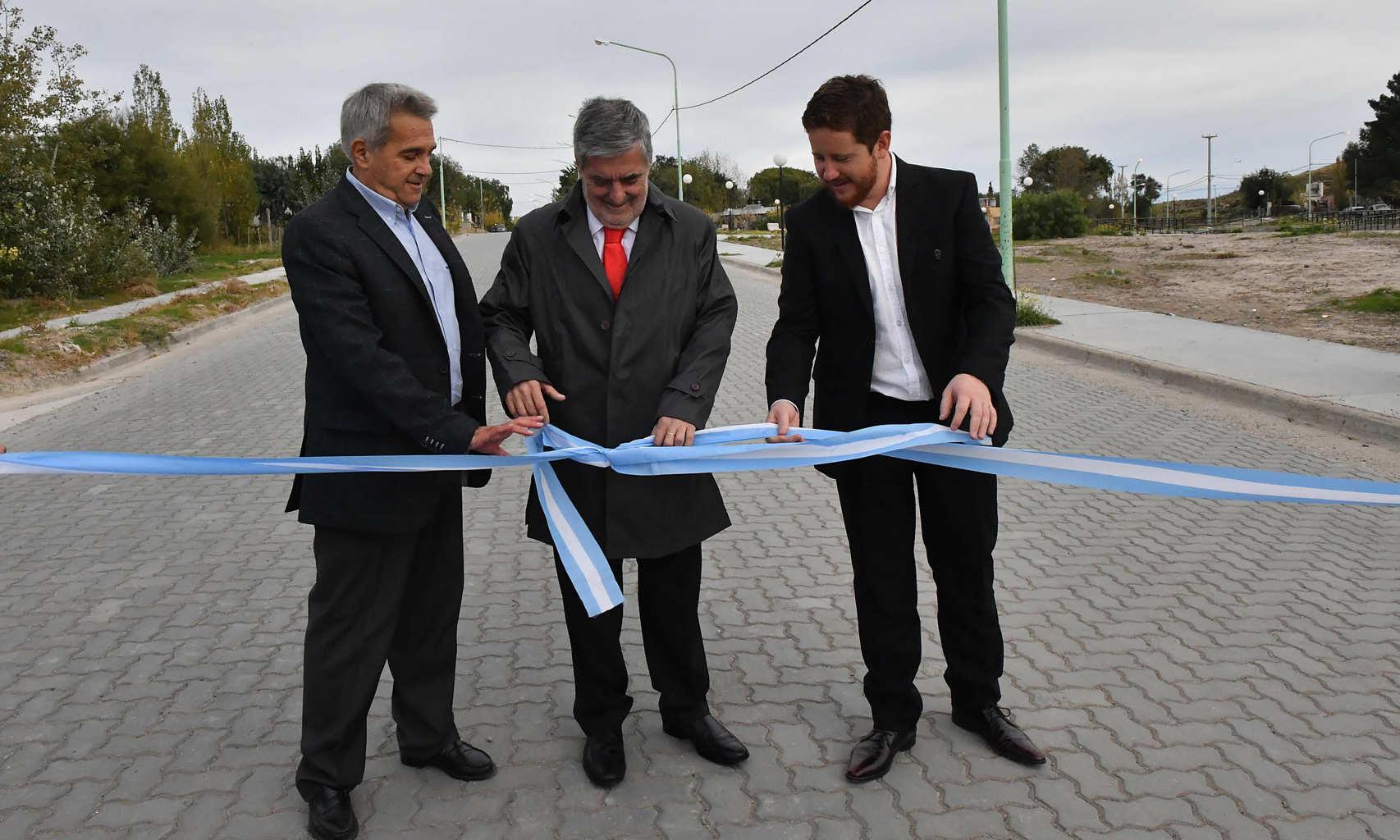 Das Neves inauguró en Dolavon obras de pavimento y el 1° Centro de Informes Turísticos