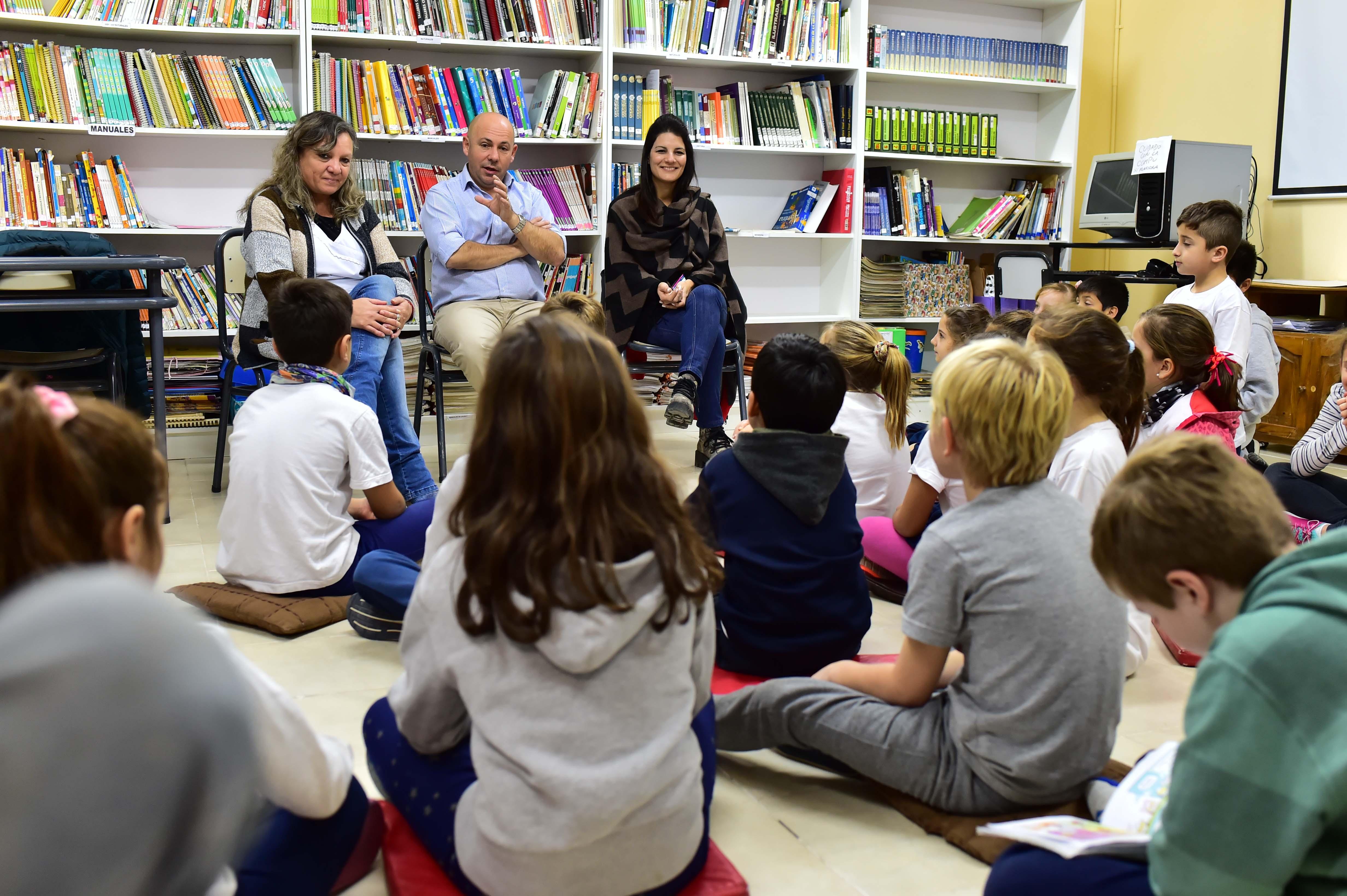 Sastre con alumnos de la escuela 158