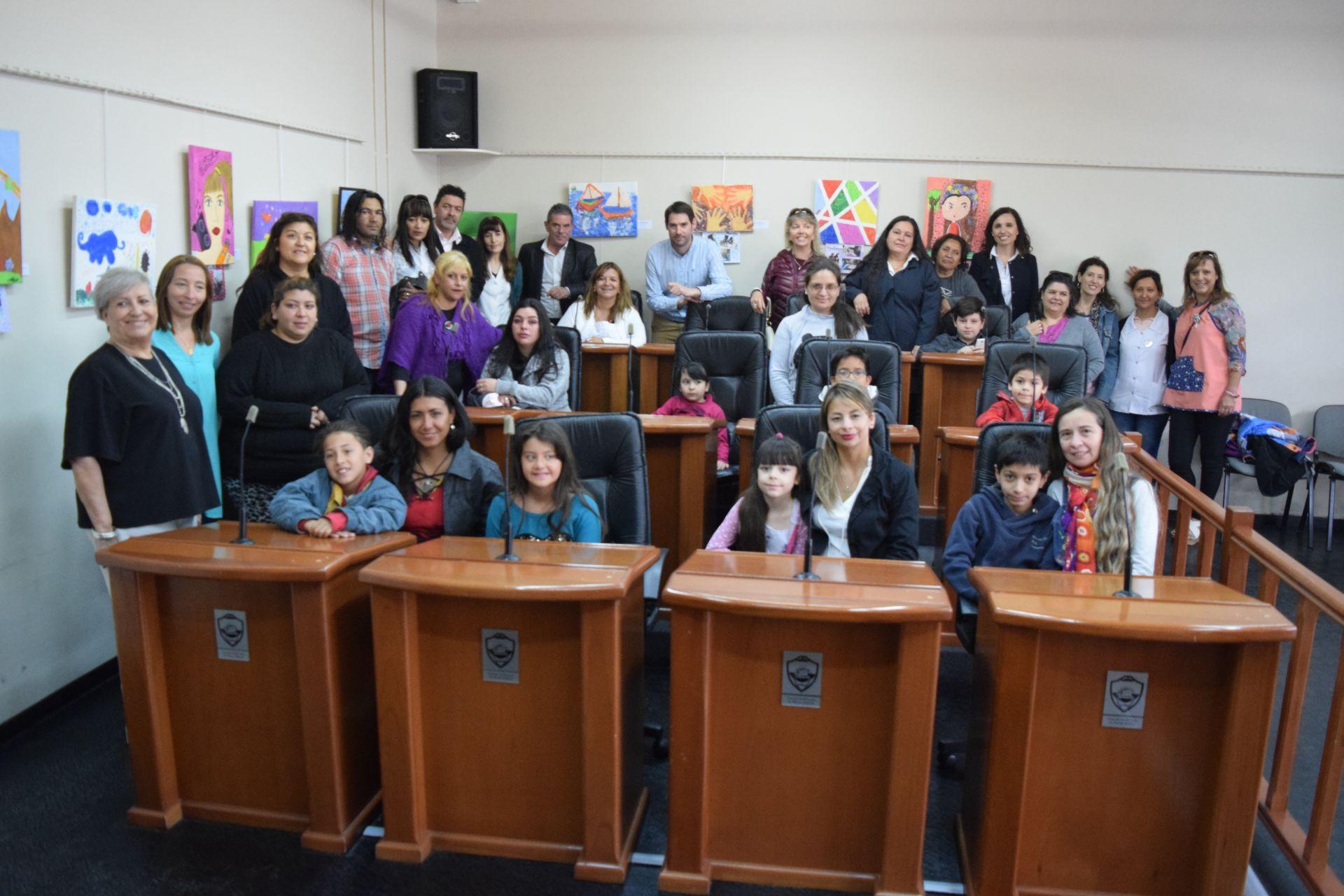 Los niños de la Escuela Hospitalaria visitaron su exposición en el Concejo Deliberante